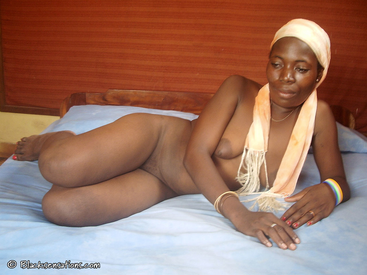 Реальная африканка из Ганы позирует голая за деньги