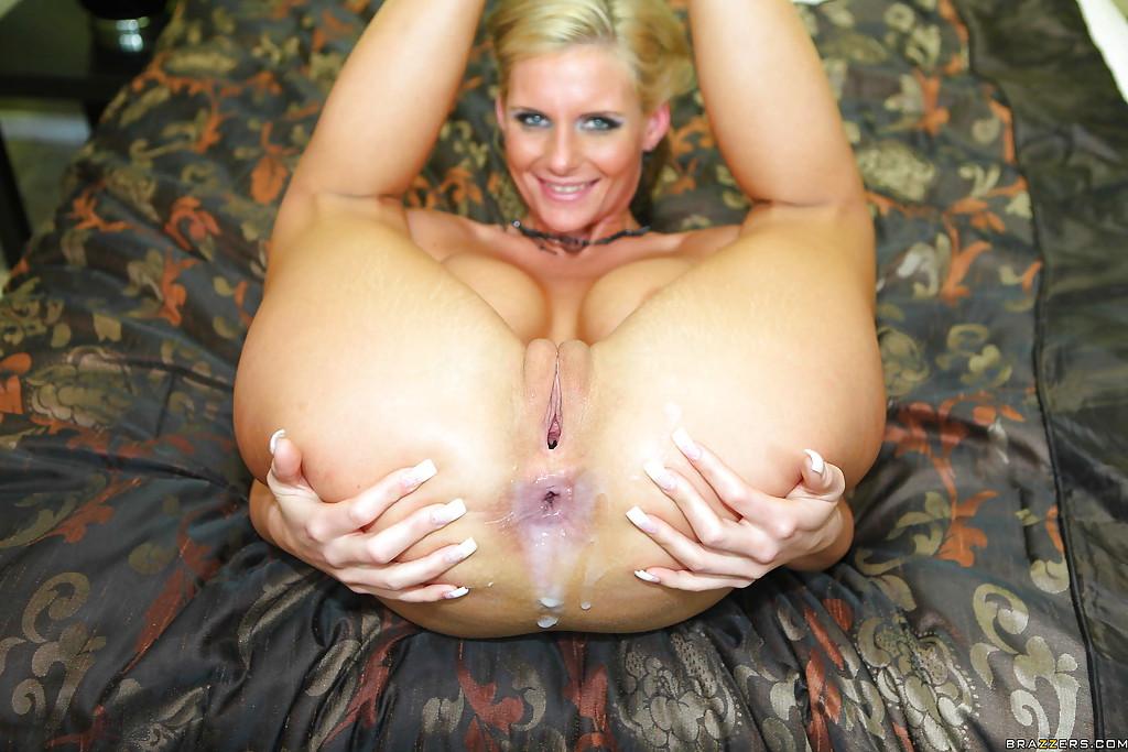 Мужик выебал грудастую блондинку на кастинге во все дыры и кончил ей в жопу