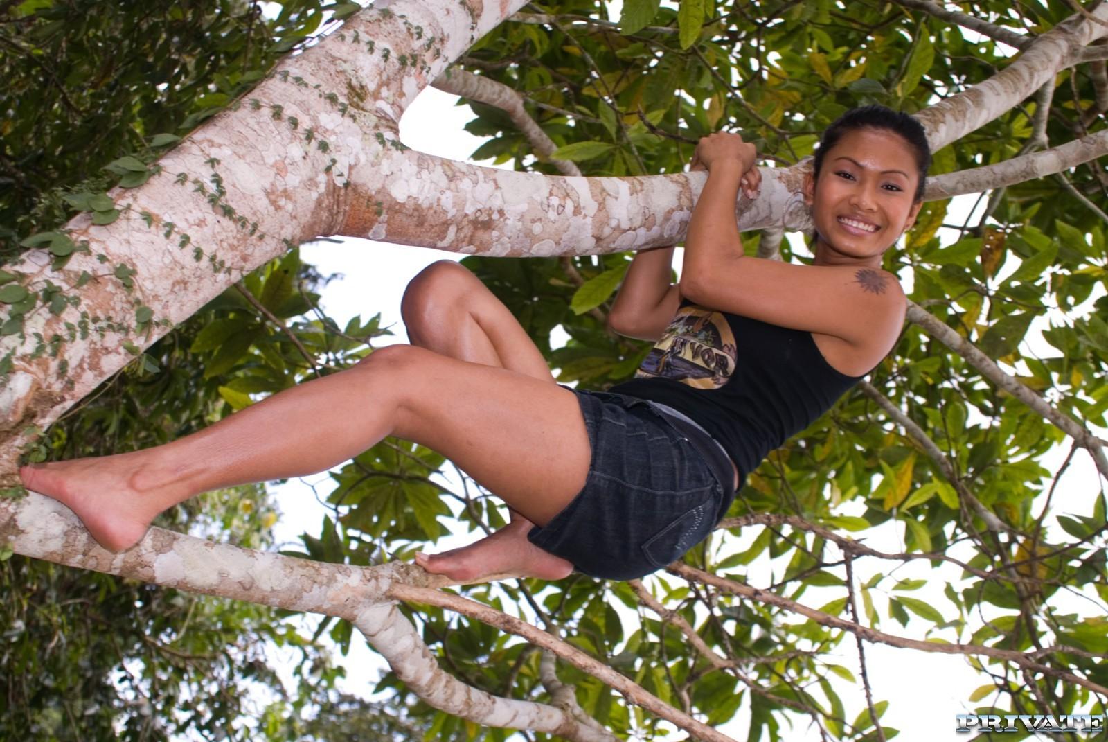 Модель из Полинезии ебется в лесу
