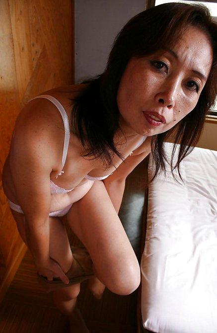 Возрастная азиатка онанирует мохнатку вибратором