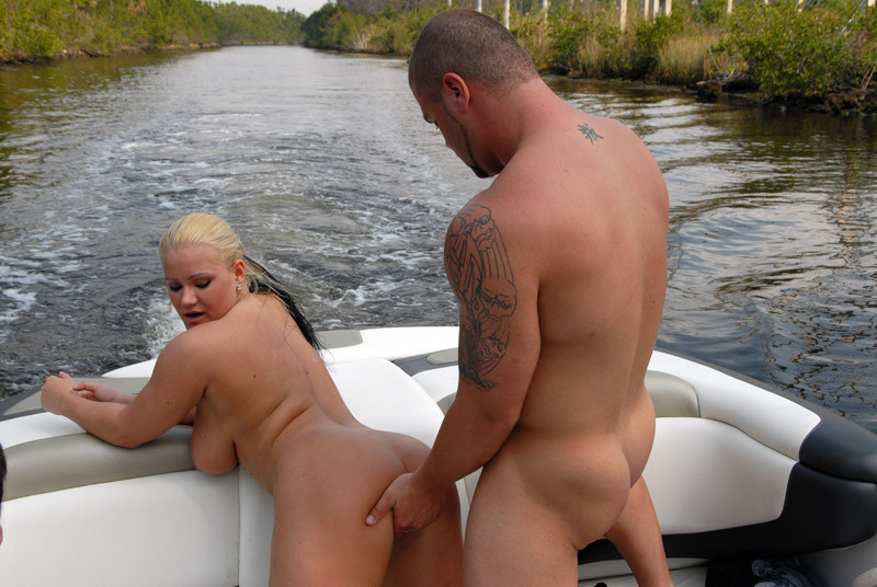Сисястая блондинка сосет хуй в лодке