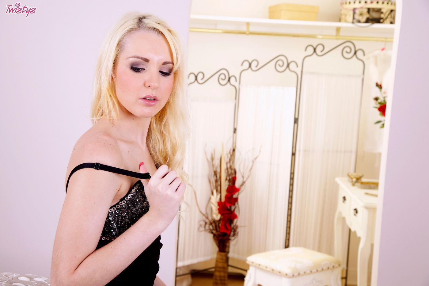 Аппетитная блондинка в черной сорочке Samantha Louise раскрывает и трахает пальчиками свою киску