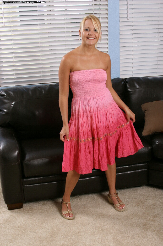 Блондинка-подросток с бритой киской Skylynn Moore снимает длинное розовое платье и крошечные белые трусики