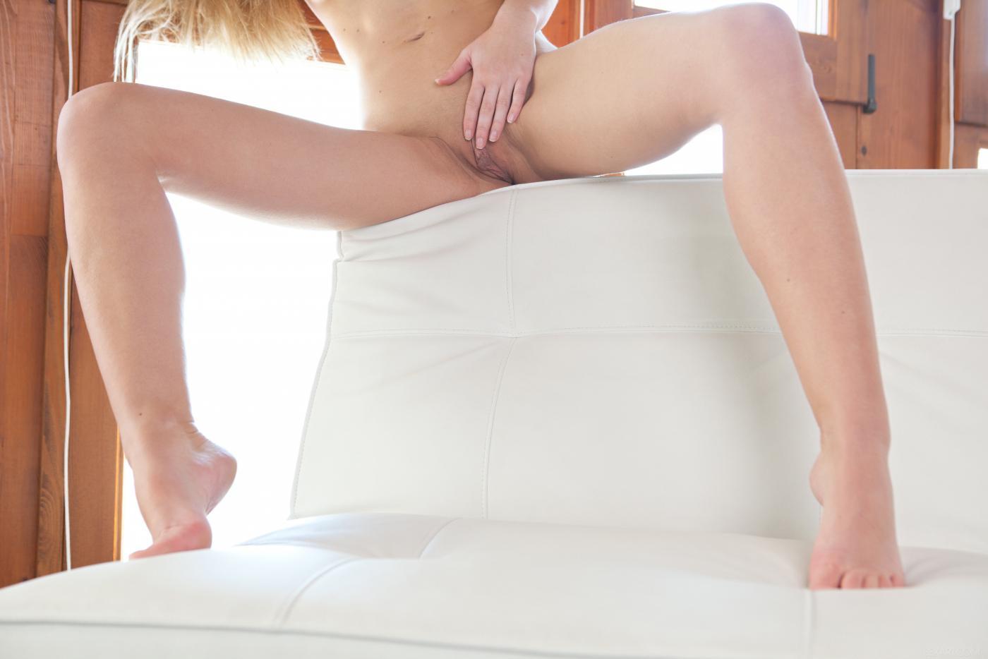 Блондинка Samantha Vasili  показывает тело и играет с бритой киской