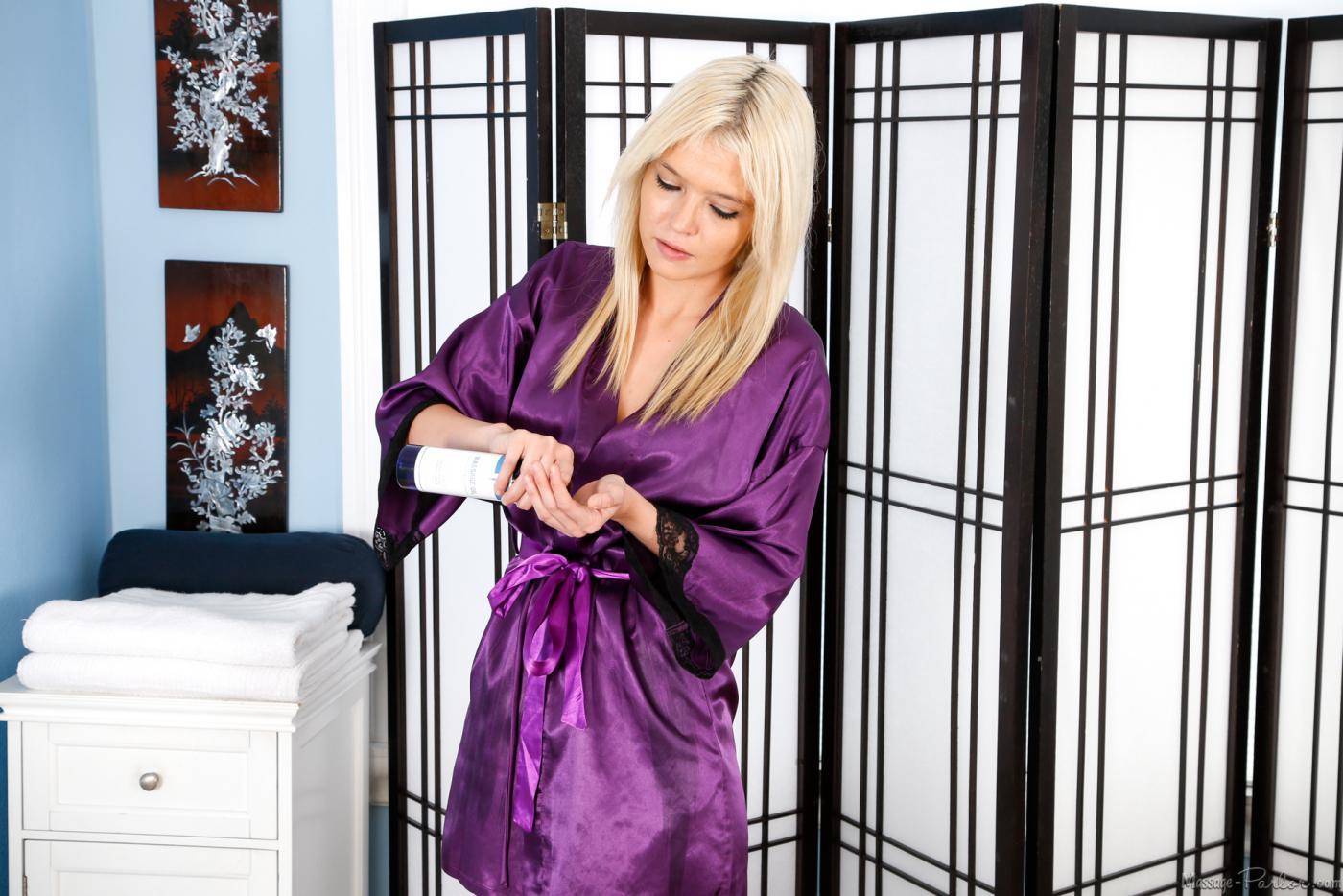 Блондинка в форме массажистки Tiffany Fox отсасывает клиенту и дает ему кончить себе на грудь