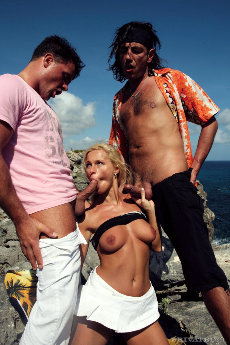 Блондинка в короткой белой юбке Nikki Sun трахается с двумя парнями у моря