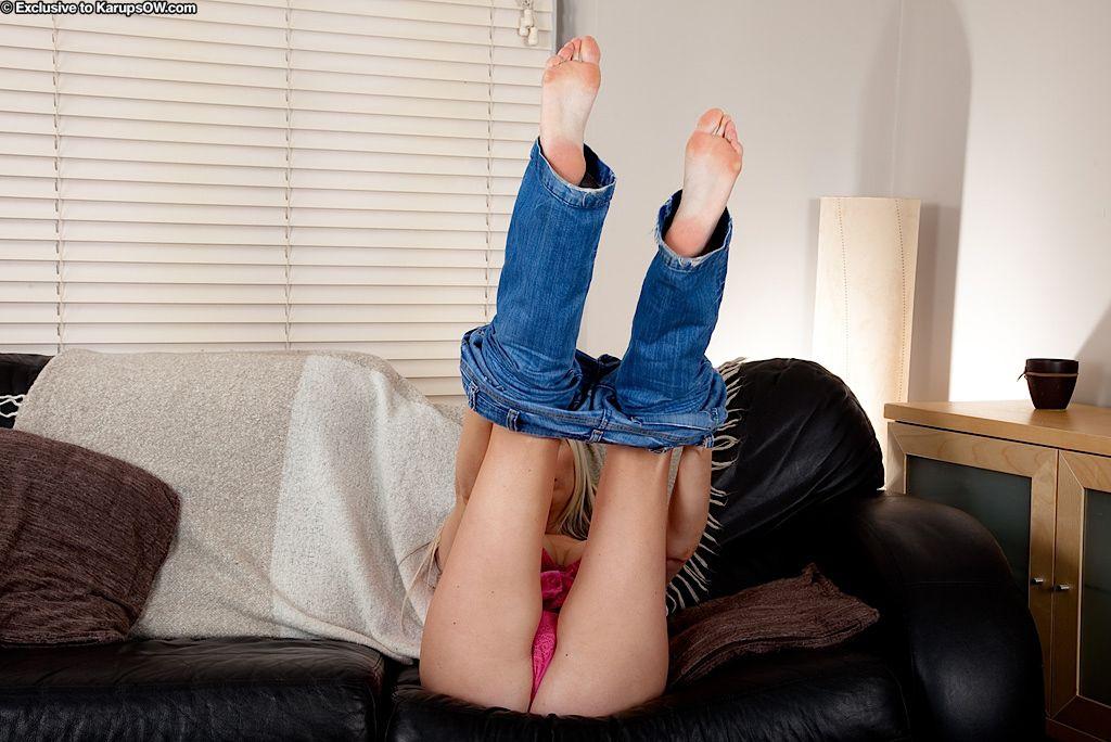 Грудастая мамочка-блондинка Michelle Barrett снимает синие джинсы и розовые трусики