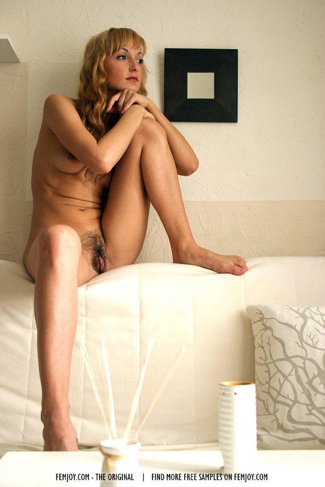 Красивая и длинноволосая блондинка Nadja Femjoy соблазняет своим нежным телом