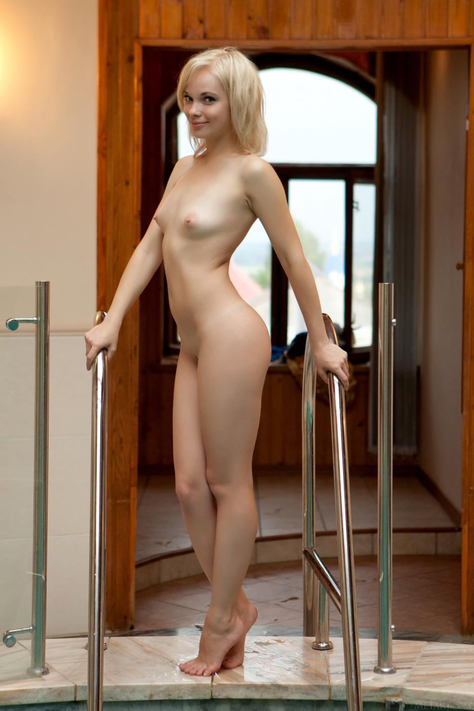 Маленькая грудь и классная бритая киска горячей блондинки Feeona A на этих горячих кадрах