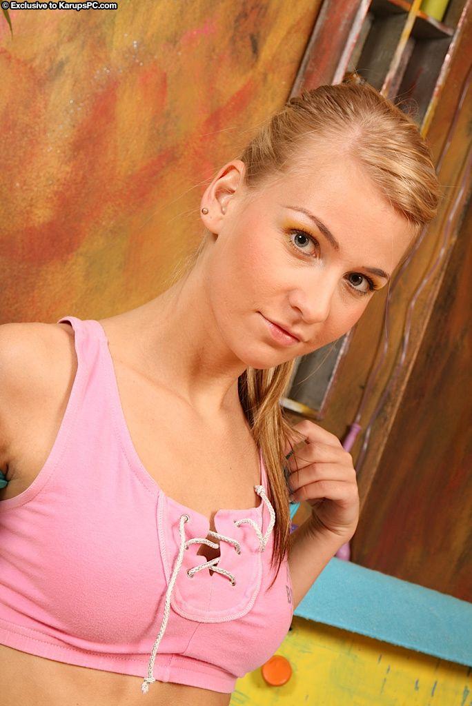 Очаровательная блондинка Rhonda Karupspc играет с шариками и бритой киской