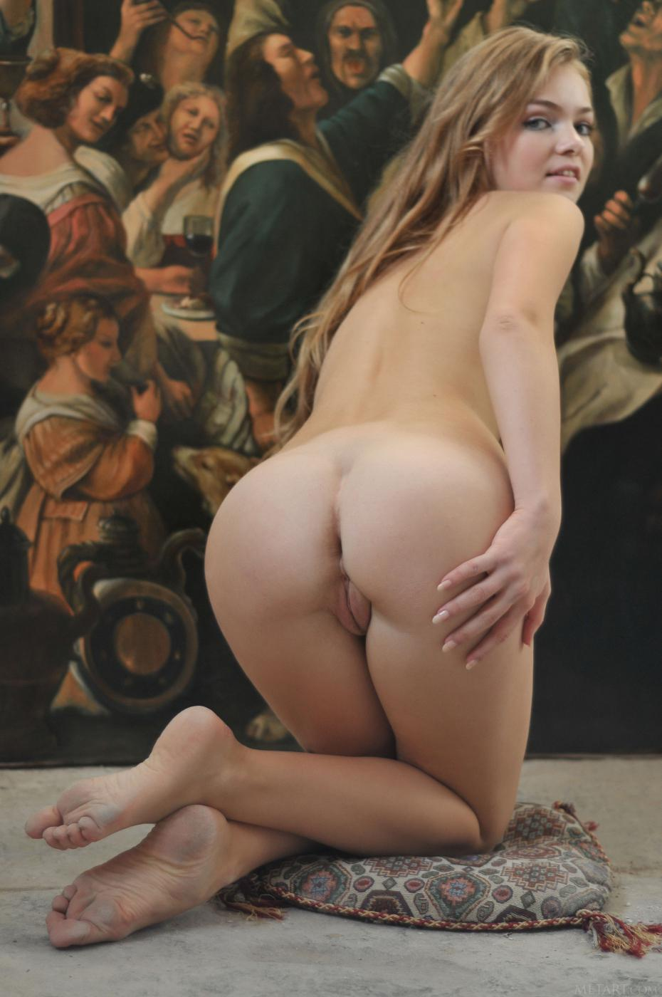 Очаровательная милашка-блондинка Bridgit A снимает одежду и показывает безупречное тело