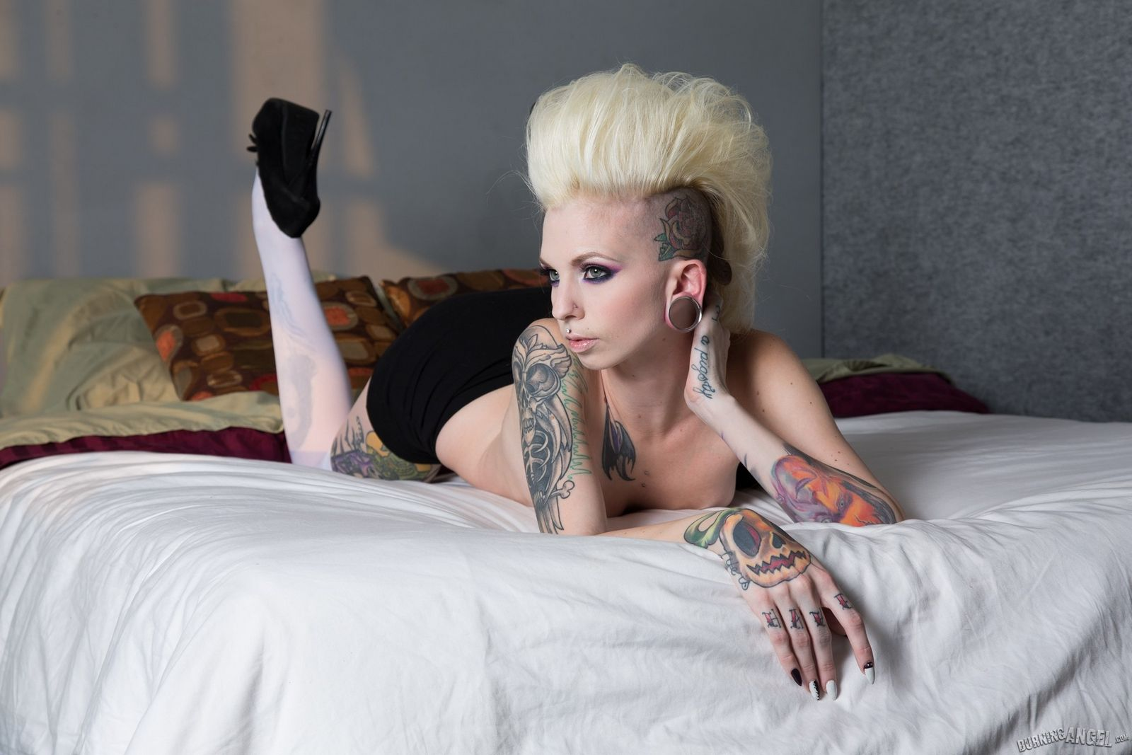 Очень сильно татуированная блядь Сиерра Кур