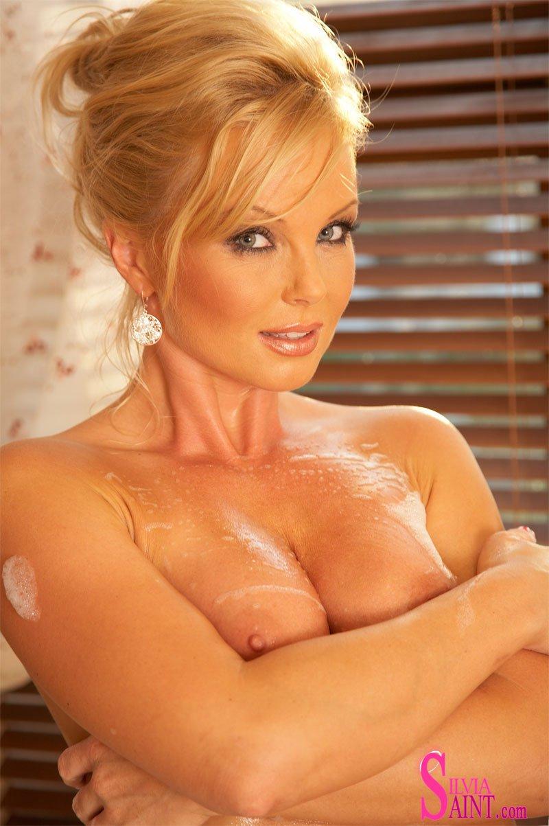 Райская блондинка Silvia Saint мочит и намыливает свое тело в горячей ванной