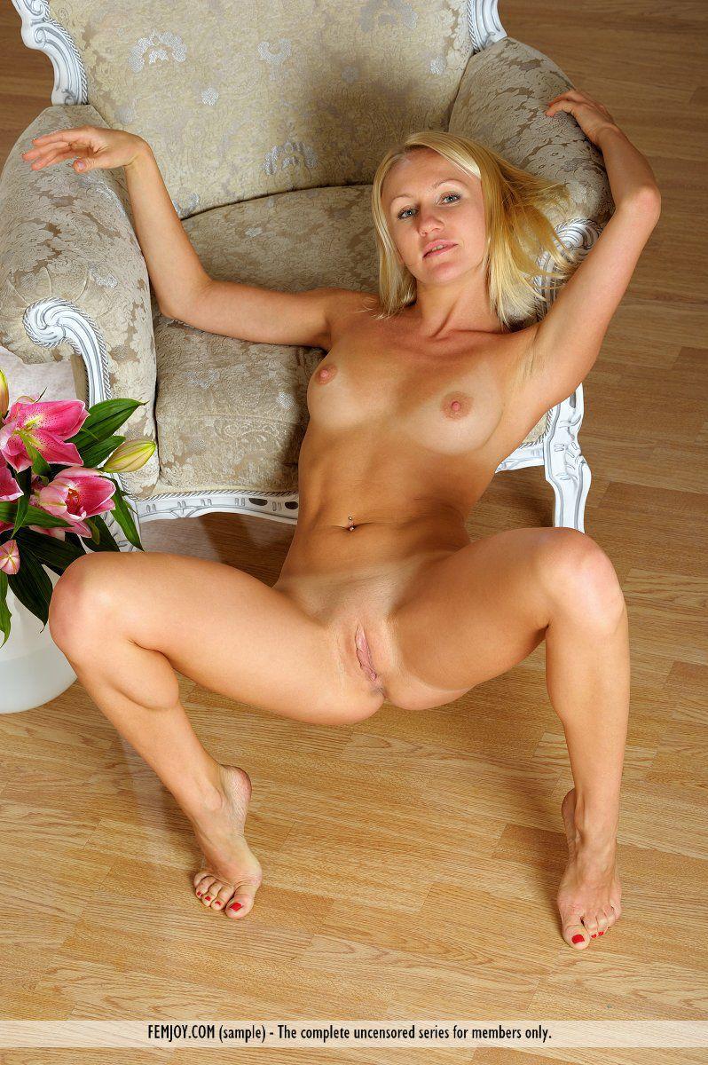 Знойная блондинка Valentina Nubiles удовлетворяет видом свежего, обнаженного тела