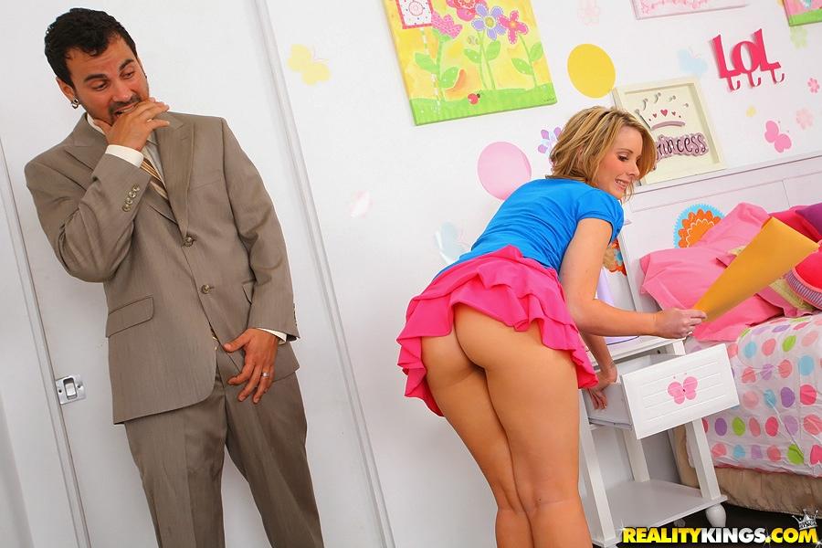 Молодая девица удовлетворяет агрегат своей бритой киской