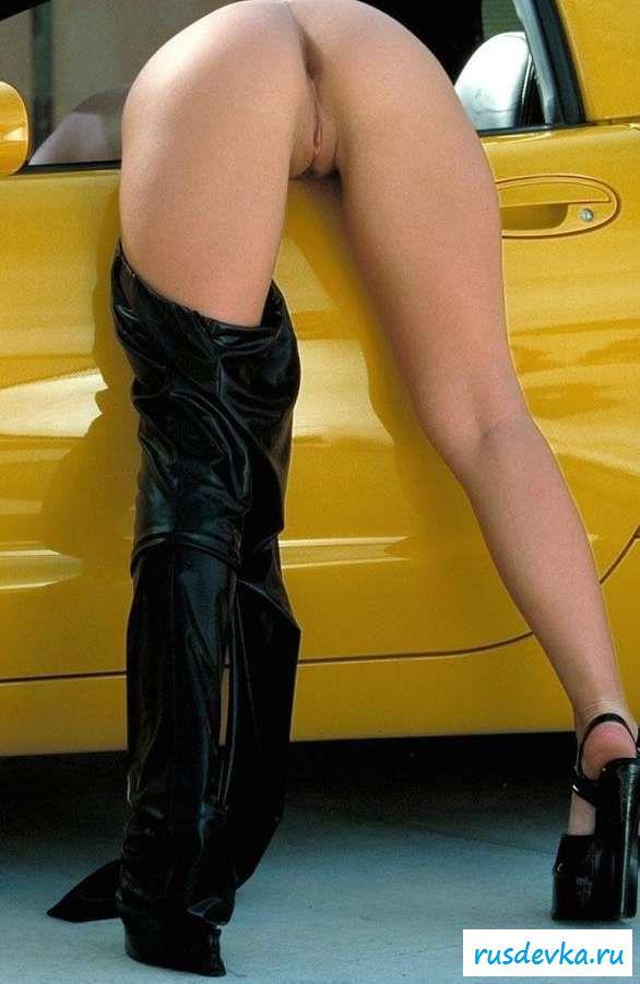 Голые крупные титьки телки на спортивной тачке (15 фото эротики)
