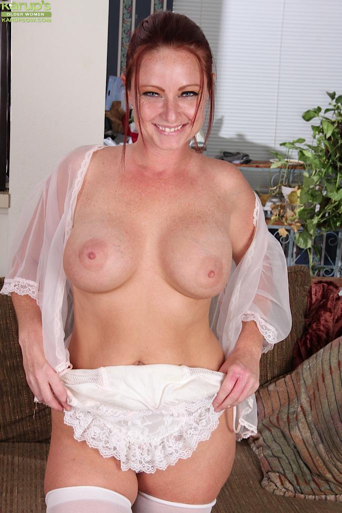 Грудастая мамочка в супер-сексуальном белье Sandi Lymm играет с собой, используя очень большое дилдо