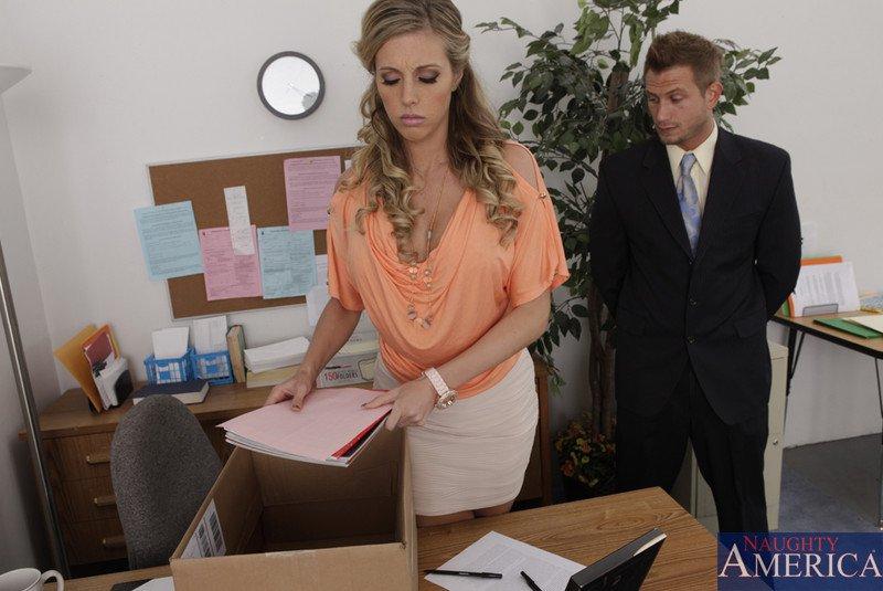 Грудастая офисная работница - Samantha Saint, трахается на столе и не прочь закусить спермой