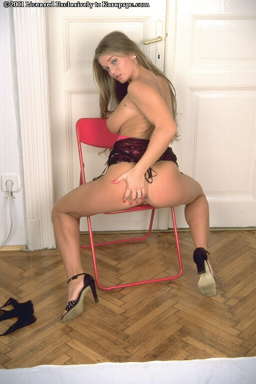 Грудастая темноволосая соблазнительница Rita Faltoyano трахает дилдо свою сексуальную киску для твоего удовольствия