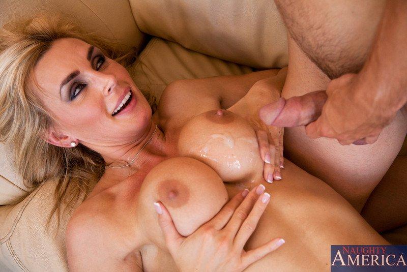 Парень бешено ебет крутую Tanya Tate и показывает ее большие сиськи спермой