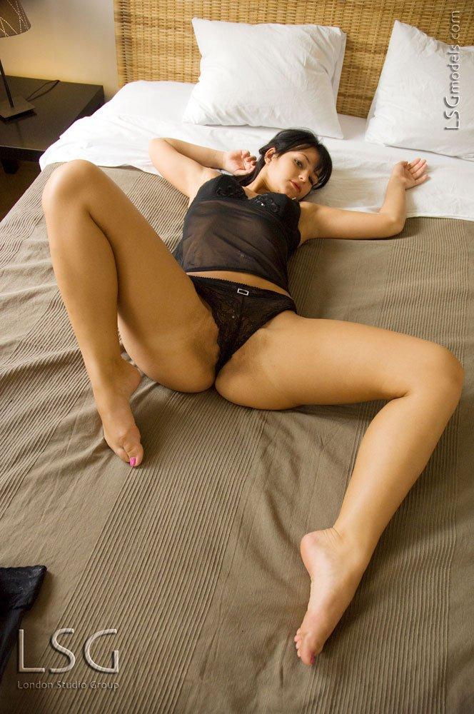 Брюнетка-европейка с сексуальными ногами и красивой попой Nea Nubiles показывает бритую дырочку
