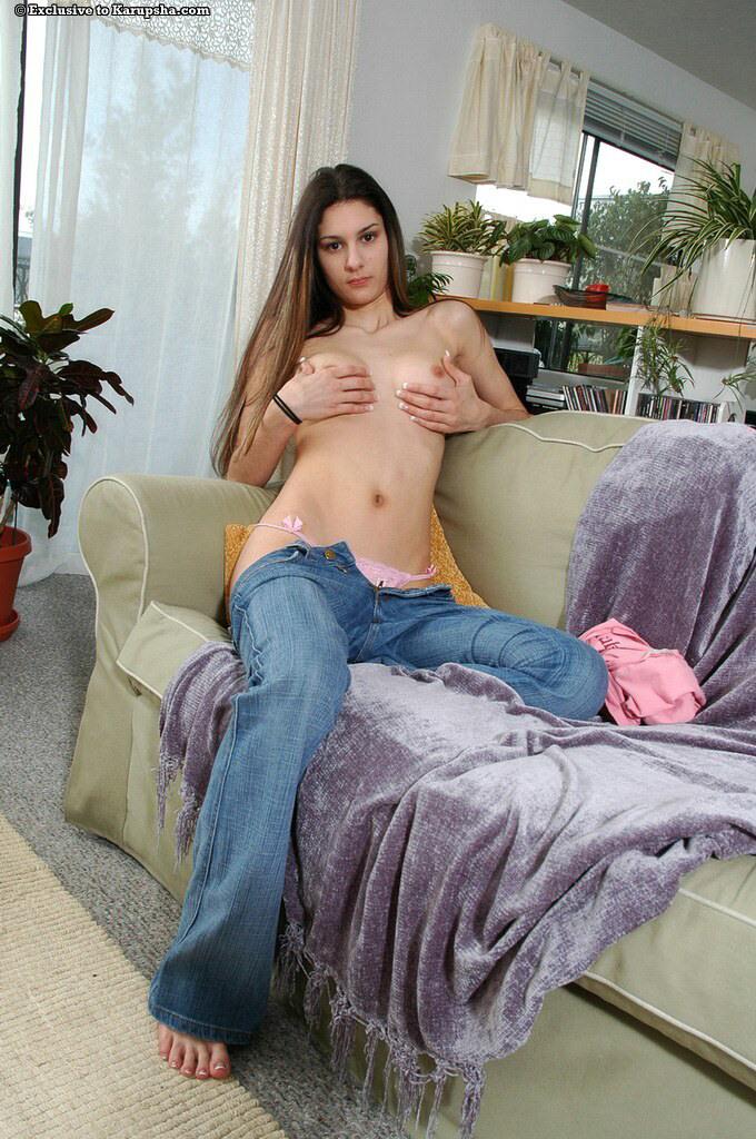 Длинноволосая брюнетка с розовой киской Maria Vasquez с маленькой попкой снимает джинсы и танго