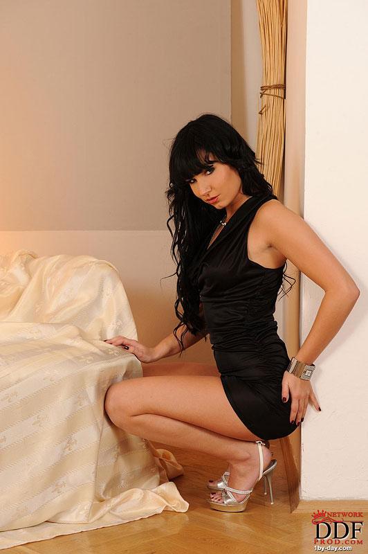 Изящная брюнетка куколка Stacy Da Silva снимает свое черное платье и трусики в спальне