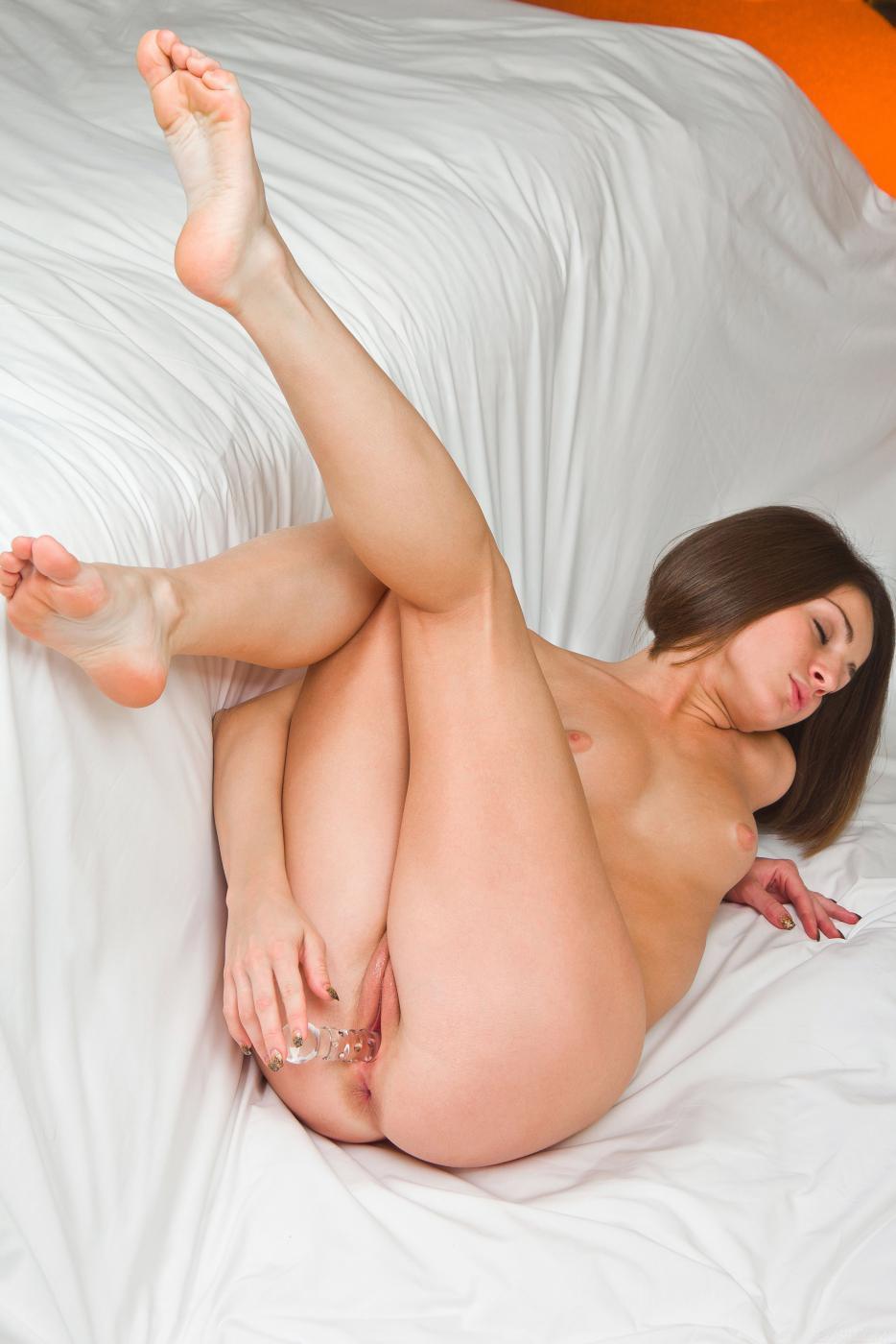 Невероятно горячая и сексуальная брюнетка Susana C трахает игрушкой свою киску до оргазма