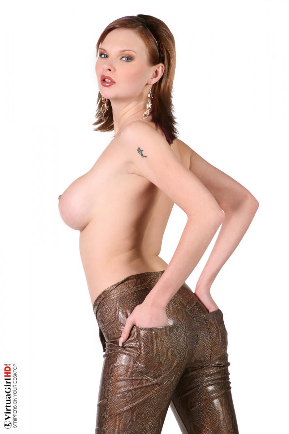 Развратная брюнетка Tarra White показывает свои голые прелести