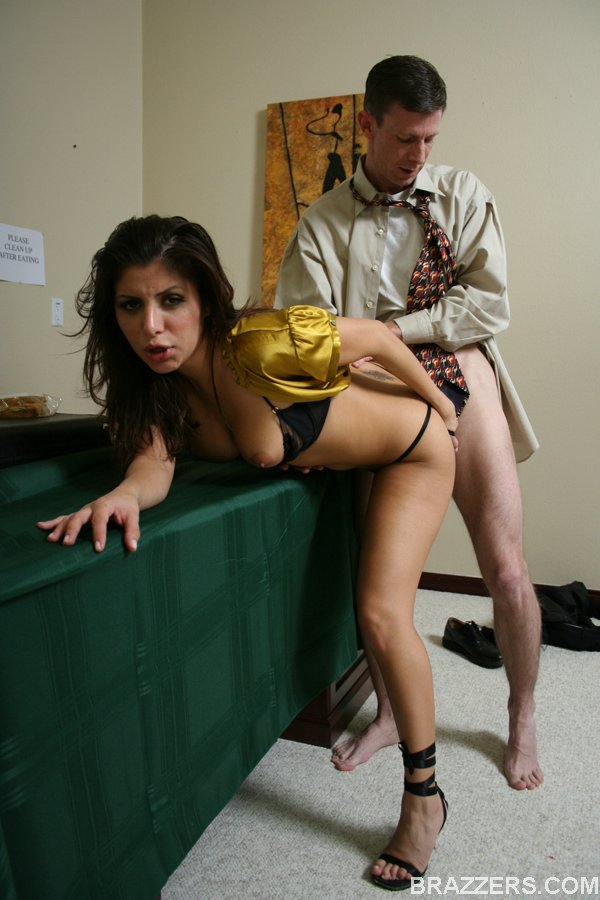 Соблазнительная брюнетка Sativa Rose умоляет об анальном сексе после секса вагинального