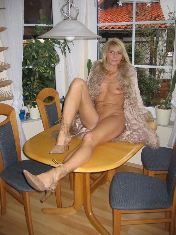 Гламурная блондинка впервые позирует голышом перед камерой