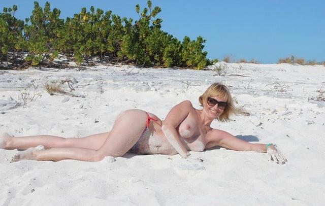 Коллекция частных снимков 40летней туристки с отдыха на море