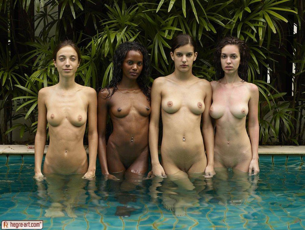 Четыре голые девушки в бассейне