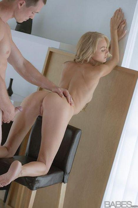 Крепкий чувак с короткой стрижкой затрахал в писю классную телку на HD порно фото