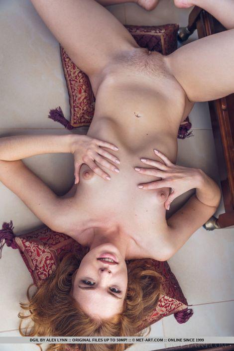 Рыжая шлюшка скинула платье и трусики и осталась нагишом hd порно фото