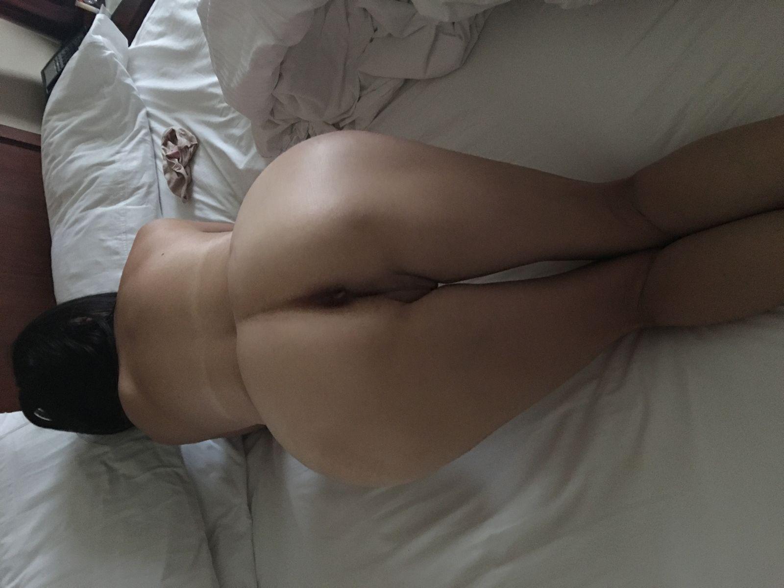 Милфа из Тайваня голая в постели