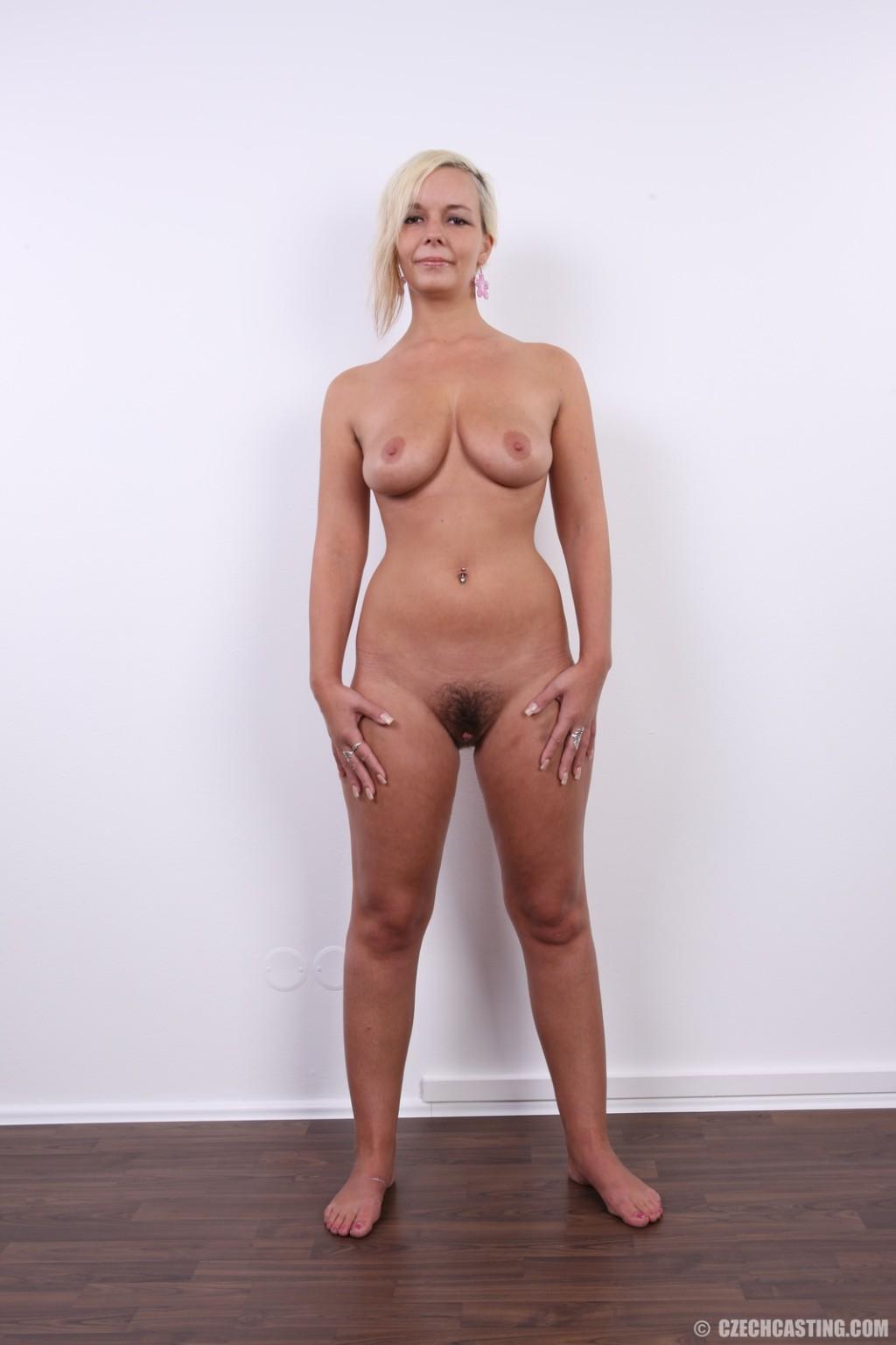 Зрелая блондинка с волосатой пиздой на кастинге