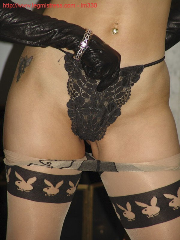 Зрелая роковая блондинка показывает свое хорошо сохранившееся тело с множеством татуировок