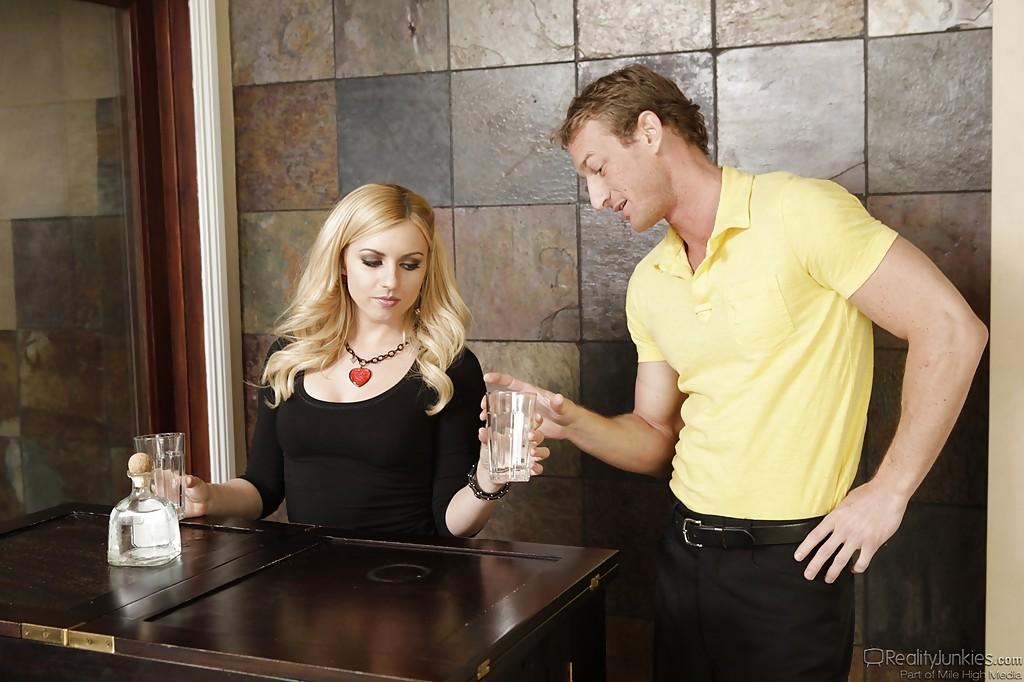 Блондинка в красных кедах Lexi Belle дала парню на столе кухни