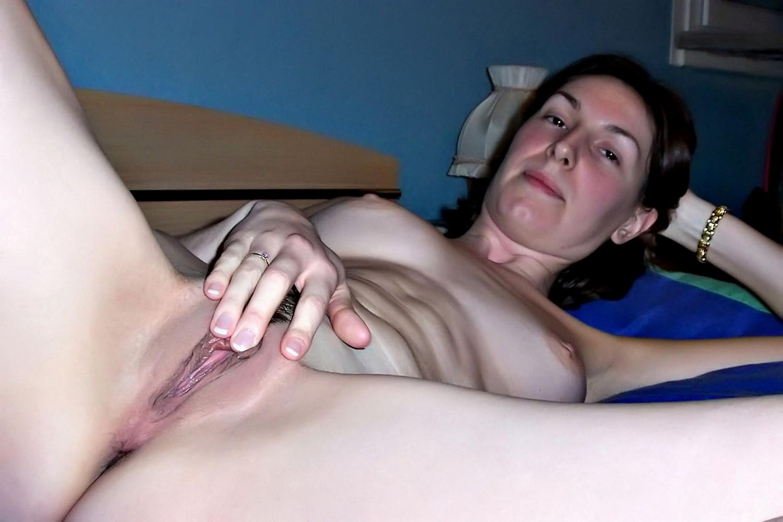 Жена в золотом браслете раздвигает ноги и показывает вагину
