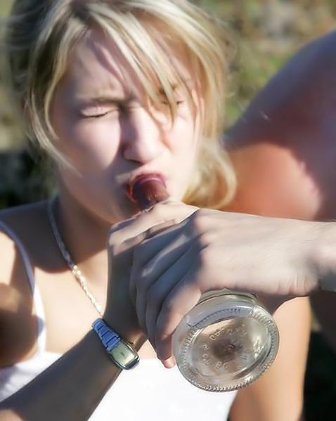 Напоили девчонку и выебли ее в три хуя