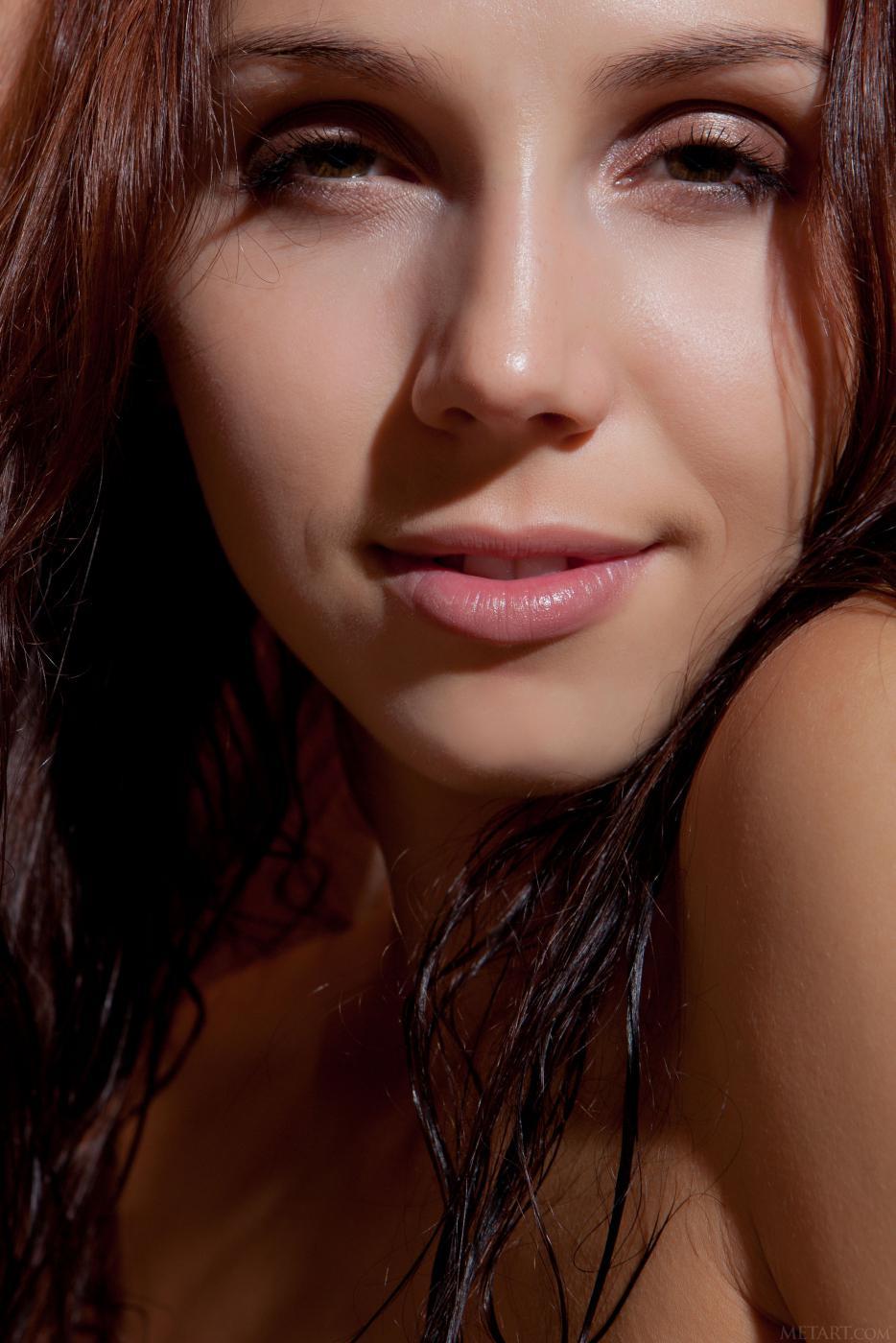 Хотя киска у роскошной юной Gemma A с сексуальной стрижкой, но она все равно покажет вам чисто выбритую задницу и расщелину
