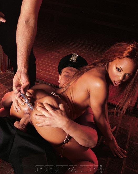 Игривая шоколадная шлюшка с маленькой грудью Marie Luv трахается с двумя белыми копами
