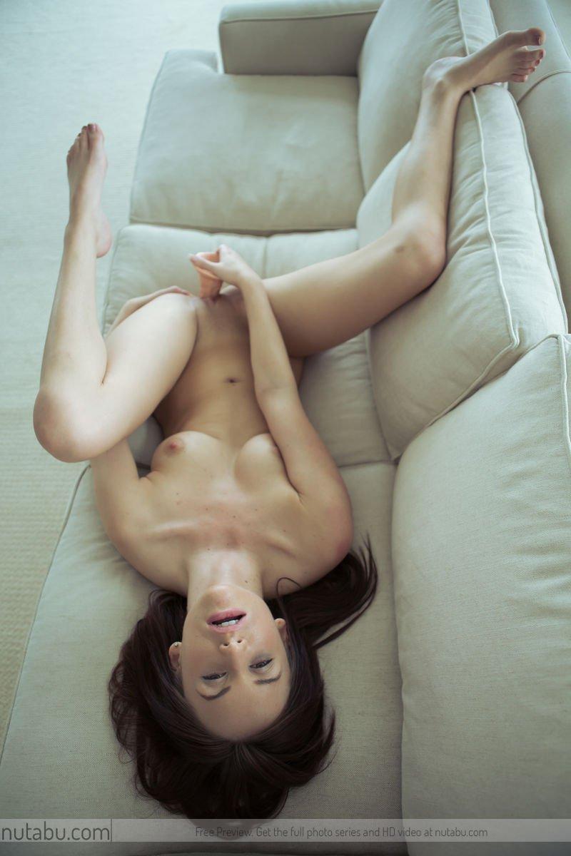 Jayden Taylors взяла гигантскую секс-игрушку и использует ее, чтобы трахнуть свою бритую киску