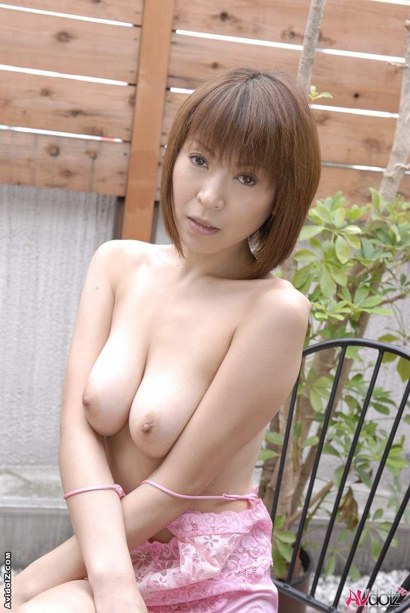 Сексуальная азиаточка Jun Kusanagi растянута двумя секс-игрушками внутри узких дырочек