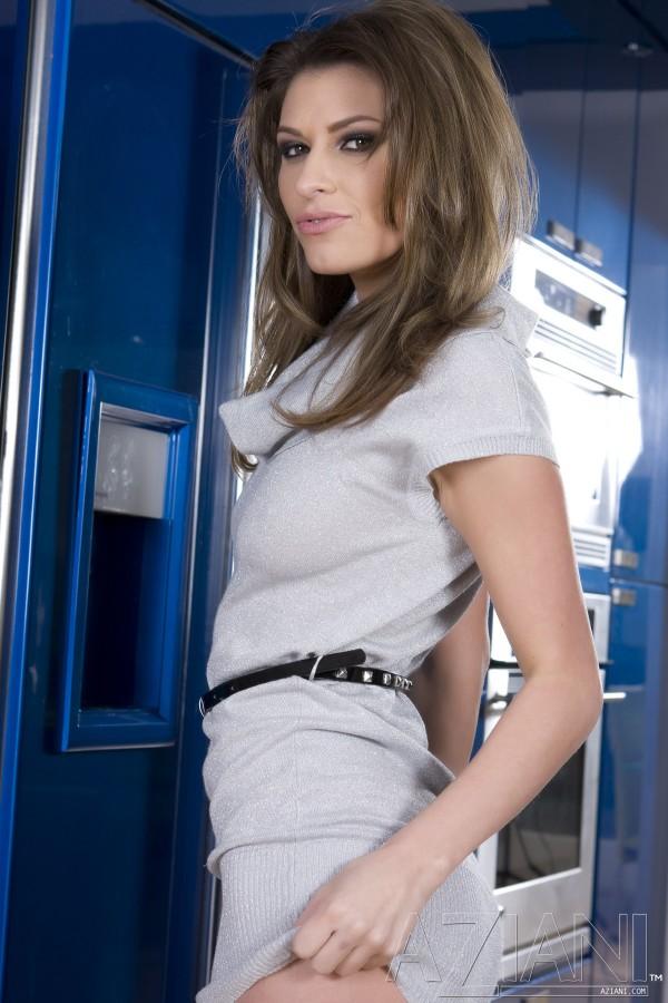 Сексуальная длинноногая Victoria Lawson с полностью гладкой киской снимает платьице