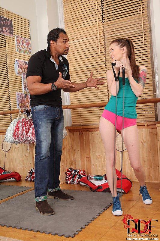 Стройная и бледная детка Misha Cross дает здоровому негру с большим членом вытрахать ее киску