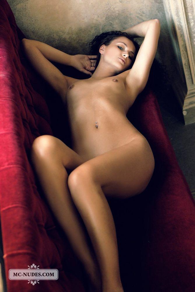 Брюнеточка Andrea Drapelova раздвинула ножки и представила нам свою прелестную киску