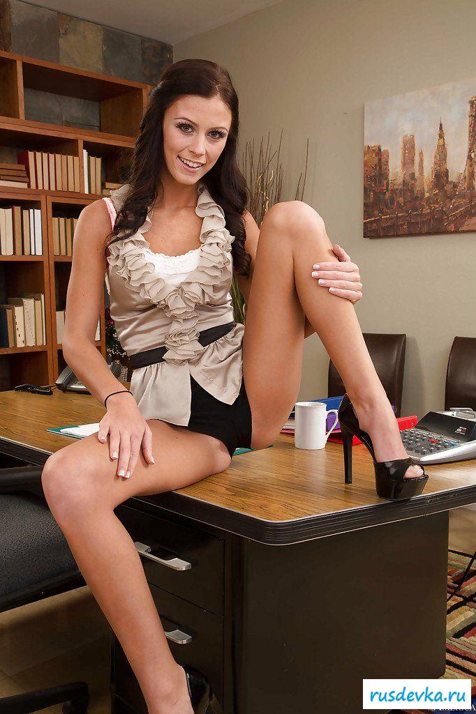 Шлюшка оголилась в офисе - фотографии