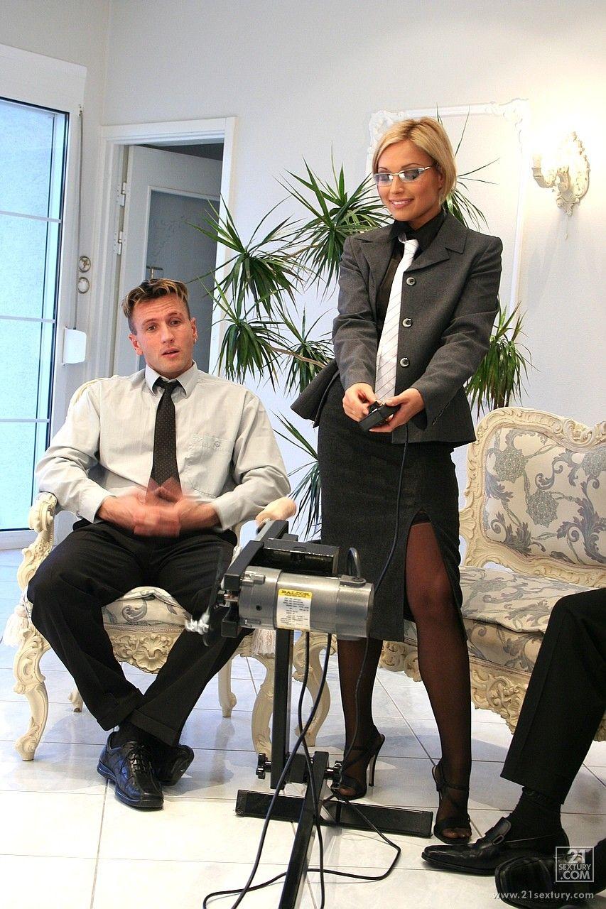 Светловолосая офисная шлюшка Szilvia Lauren трахается за кадром с несколькими парнями